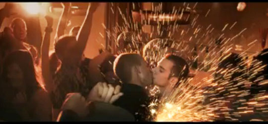 540x250_Katy-Perry-Firework-boys-kiss.jpg