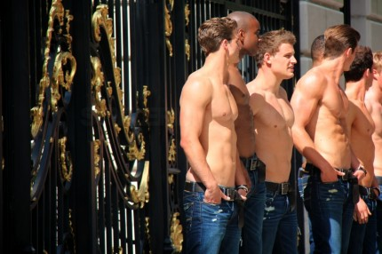 abercrombie-fitch-paris-story-opening-shirtless-models-05122011-11-430x286.jpg