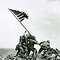 1945-OLD GLORY GOES UP ON MT.SURIBACHI-美國國旗升起於折鉢山-Joe Rosenthal