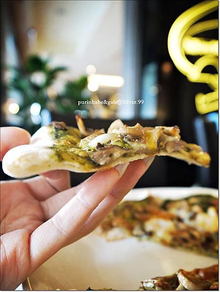 27青醬漁港海鮮總匯披薩2.JPG