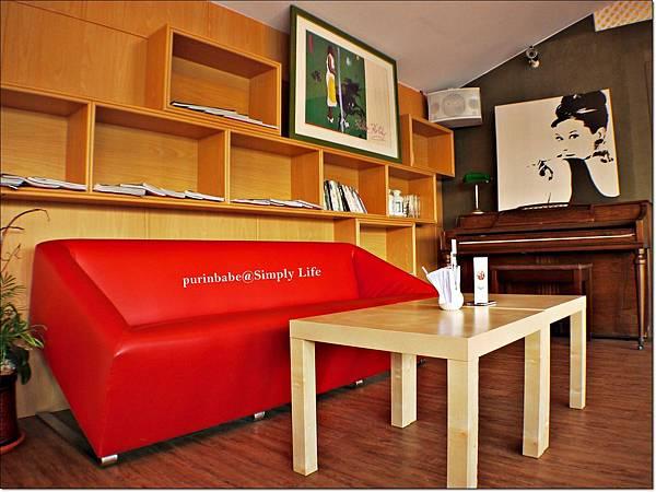 10二樓沙發區2.JPG