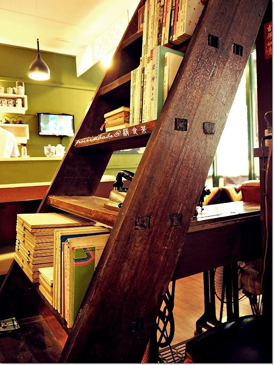 18樓梯書櫃1