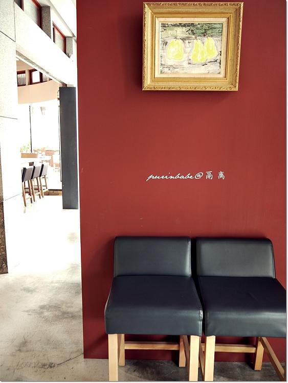 13紅牆黑椅