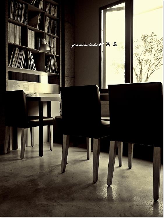 18書櫃旁2