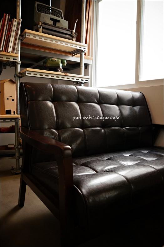 24黑沙發