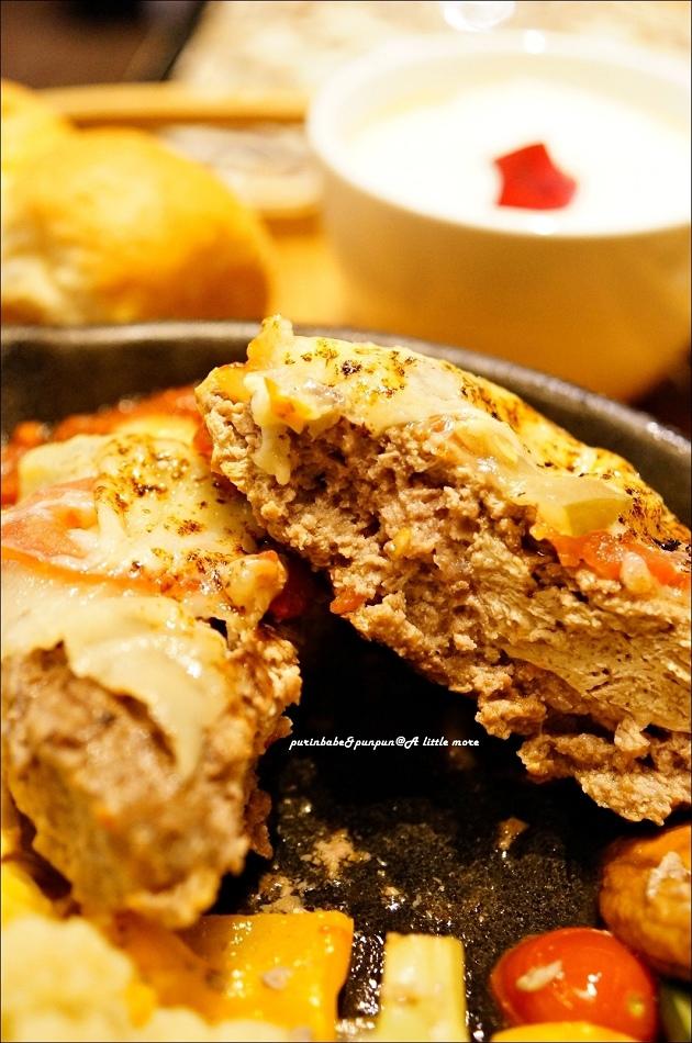 27鐵板BBQ起司豆腐漢堡牛斷面