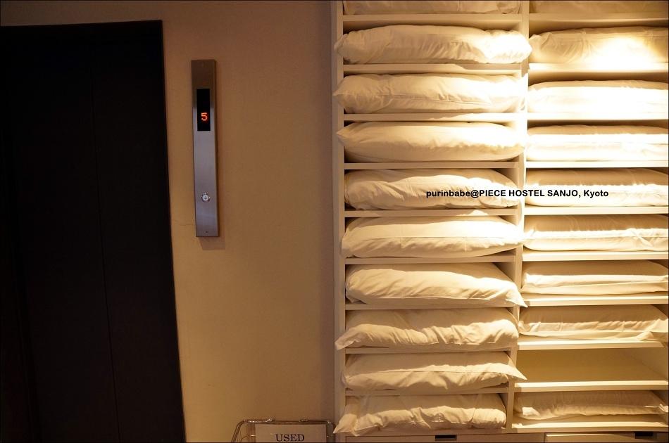 20電梯旁枕頭及室內拖鞋