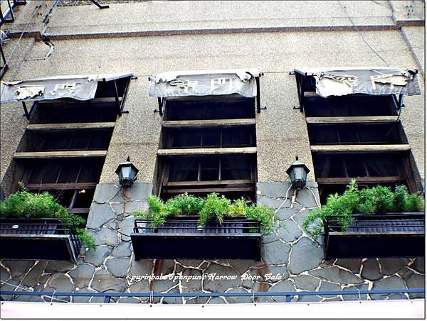 1窄門窗子.JPG