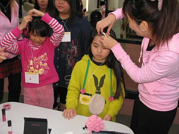 12細心的幫女童們綁頭髮,打扮成為小公主