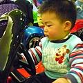 可愛小孩玩大車