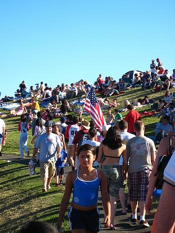 這一天  美國國旗是不可或缺的