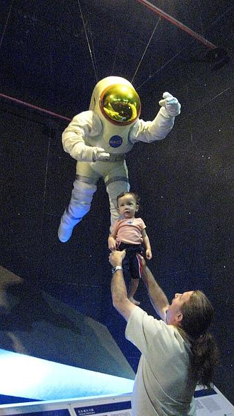 爸爸抱etahn飛高高