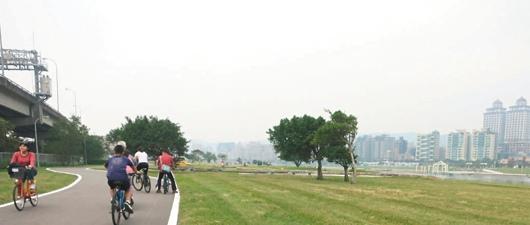 北市河濱自行車租借站的使用人次越來越多。