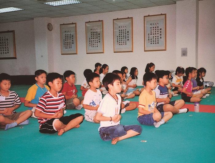 開辦「暑期兒童靜心讀經班」,除了教小朋友讀經,並教授初級禪坐課程,體驗禪修的好處。