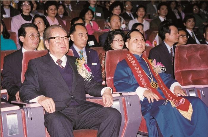 時任考試院院長邱創煥(左)蒞臨妙天禪師(右)弘法十二週年紀念晚會