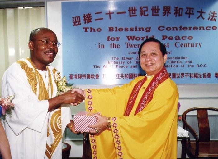 賴比瑞亞共和國總統府秘書長以特使身分來台,接受頒贈給賴比瑞亞總統的世界和平獎章