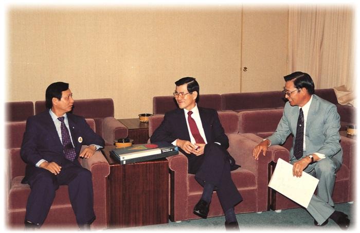 妙天禪師( 左) 與當時的經濟部部長蕭萬長( 中)、次長江丙坤( 右) 在貴賓室中愉快晤談