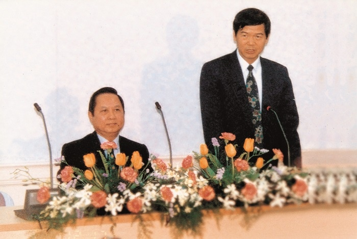 悟覺妙天禪師( 左) 赴教育部演講,由時任教育部次長楊朝祥( 右) 致歡迎詞
