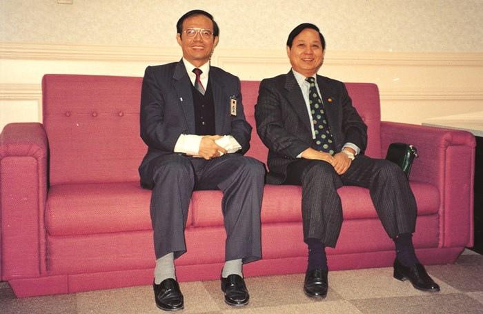 悟覺妙天禪師( 右) 與時任教育部技職司司長林聰明( 左) 在貴賓室合影