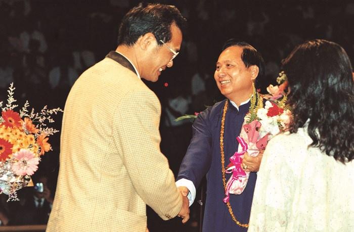時任國有財產局局長的劉金標先生,在會後向妙天禪師獻花致敬