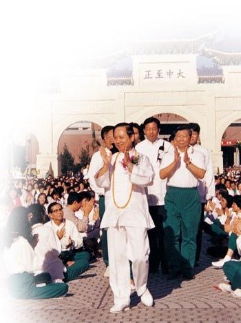 良心健康禪」全省大會師活動,共吸引三千人參與禪坐,妙天禪師亦親臨現場開示