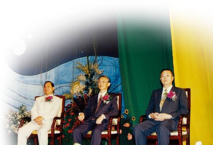 妙天禪師( 左)、陳履安( 中) 以及吳敦義( 左) 坐在貴賓席上聆聽禪修學員的心得分享
