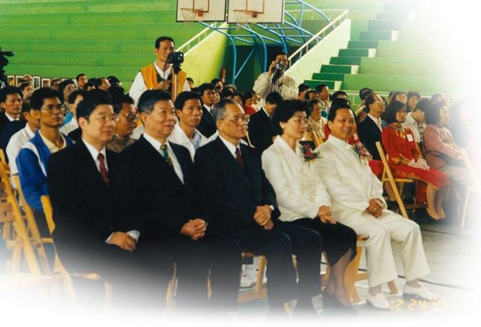 妙天禪師( 右一) 與來賓王清峰女士( 時為副總統候選人)一同聆聽禪修學員心得發表