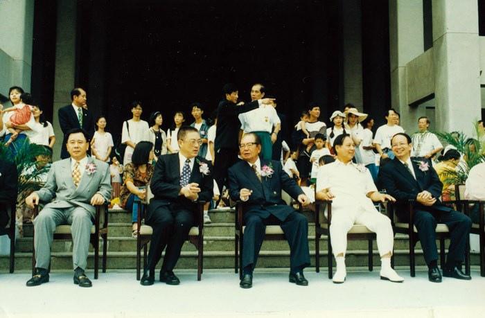 妙天禪師(右二)與當時的高雄市市長吳敦義(左二)、弘揚社會道德文教基金會董事長邱創煥(左三),共同主持開幕儀式