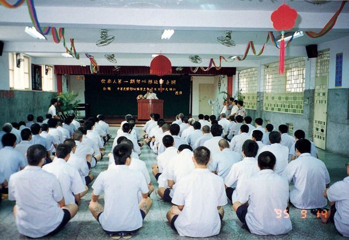 妙天禪師為台北看收所收容人,教授解毒班上課