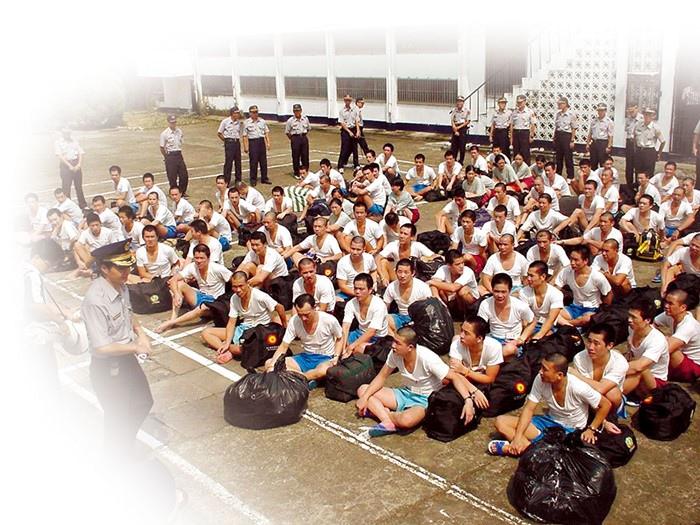 遣返收容人回鄉時,收容人所使用三色光標誌的袋子即為禪教會與領袖會所捐贈