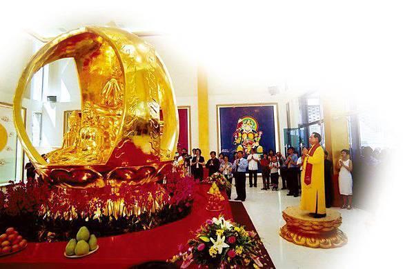 妙天禪師親自為大梵寺中的大梵天王法相開光,從此庇佑台灣民眾,希望大家都來禪修,免受災難之苦