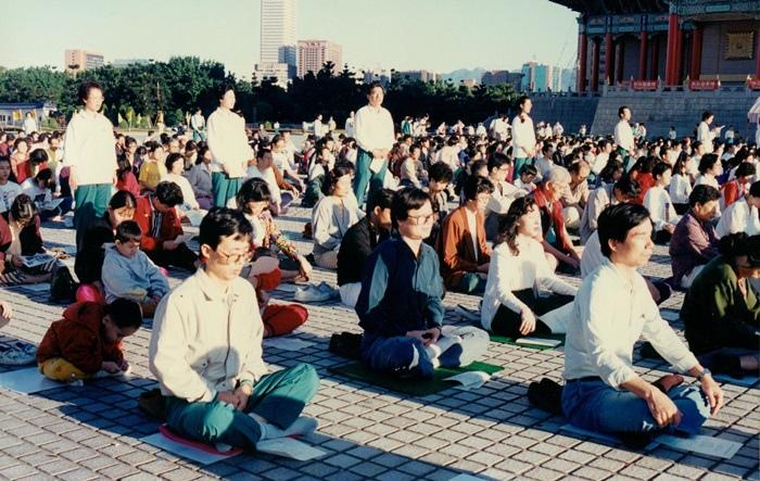 94.11.13清晨6時,早安!良心健康禪於台北市中正紀念堂
