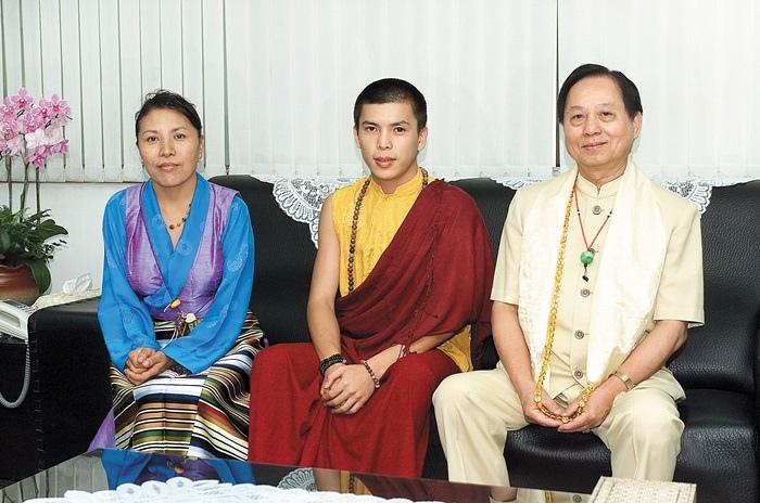 菩曼仁波切拜會久別悟覺妙天禪師,左為他的母親