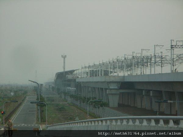 在橋上看到眺望高鐵站