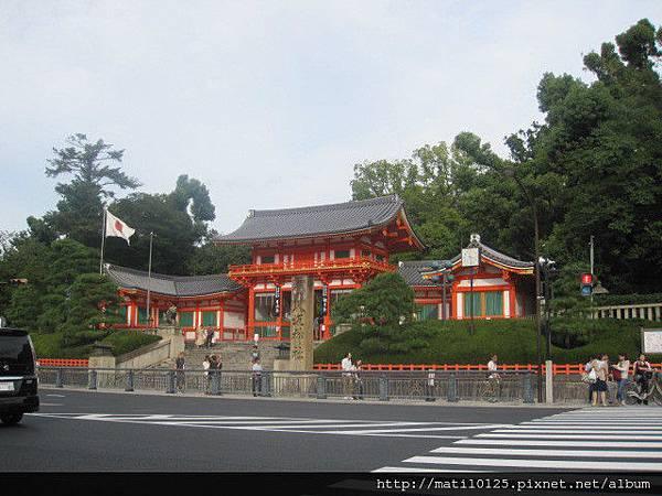 馬路對面的八坂神社