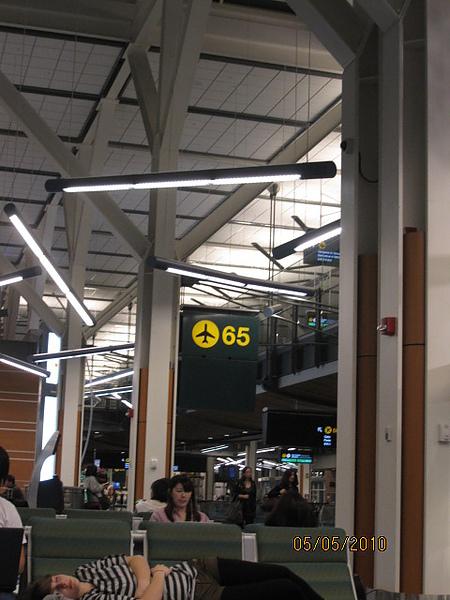 登機65號門