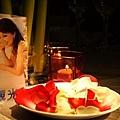 還有浪漫玫瑰花瓣與燭台