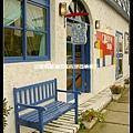 門口的小藍椅