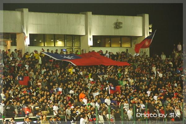 中華隊加油區國旗飄揚