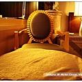 床旁邊的椅子