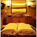 電視櫃和洗臉台中間放著浴巾和浴袍