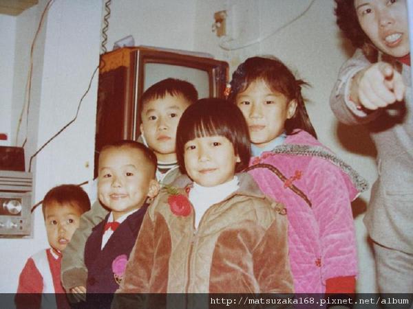 最左邊是我~前面是姊姊~其他是表哥表姊~