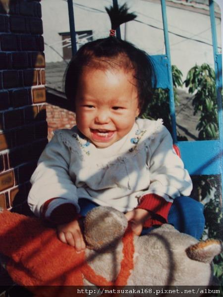 小妹~手上那是我小時後最愛的玩具熊~當時交接給她啦~