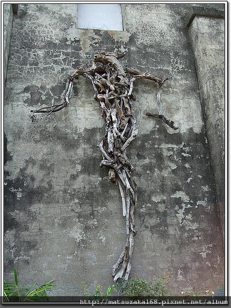 這家主人應該是基督徒~漂流木做成耶穌釘在十字架上的樣子~
