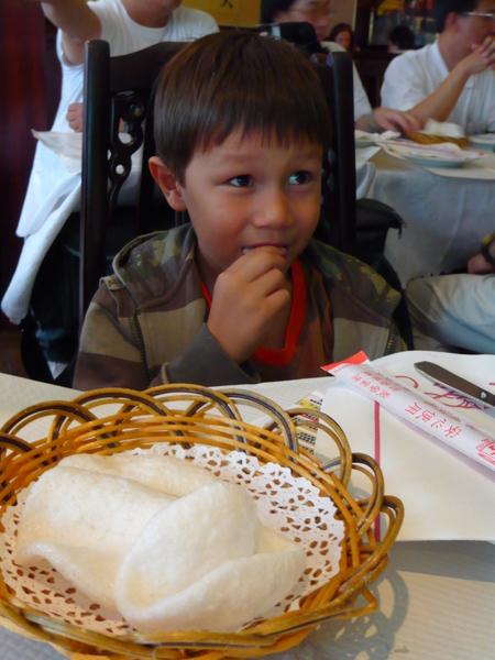 鍋貼在巴黎中餐館吃蝦餅
