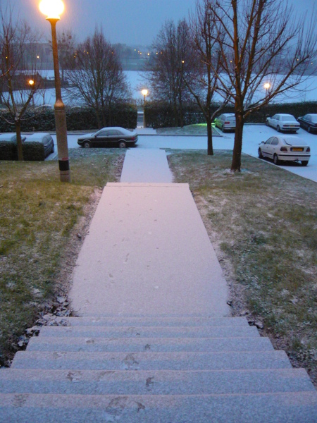 足跡稀少的階梯