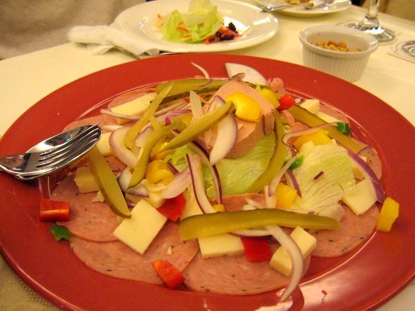 主廚拼盤的乳酪和酸黃瓜真是好吃