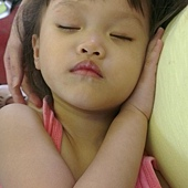 摸著媽媽的肚子睡著了