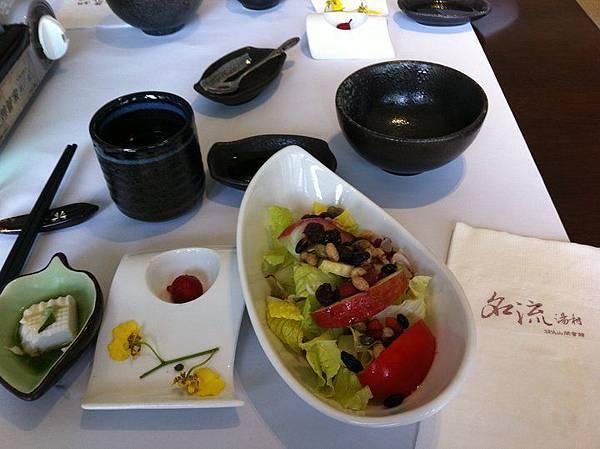 前菜的沙拉和豆腐