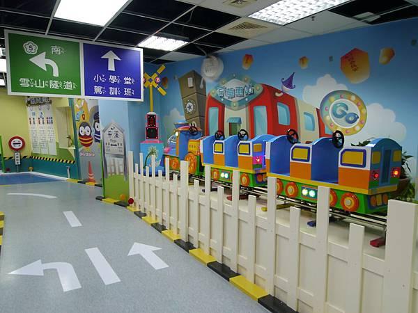 19台北 京華城 6樓 小學堂兒童 交通 主題館  遊戲 決明子沙 松山區 .JPG